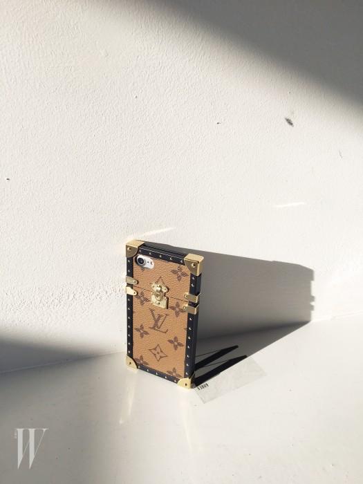 트렁크를 모티프로 한 아이폰7 케이스는 루이 비통 제품.