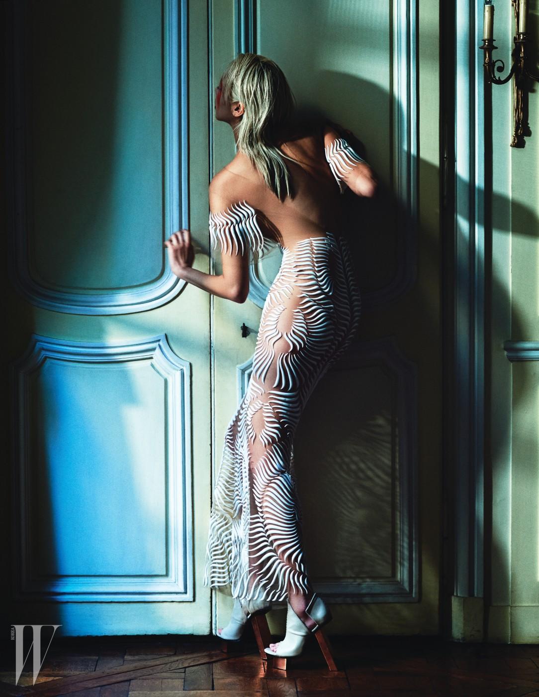 그래픽 시스루 드레스, 조형적인 슈즈는 Iris van Herpen Haute Couture 제품.