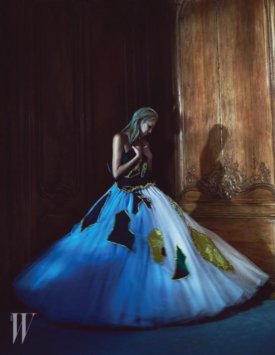 벨벳 소재의 자수 패브릭을 패치워크한 풍성한 튜브톱 드레스는 Viktor & Rolf Haute Couture 제품.