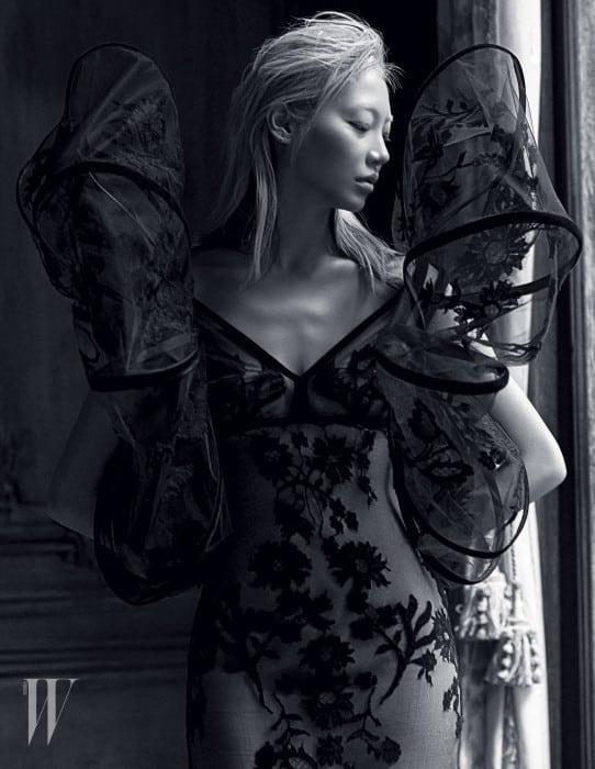 어깨에 커다란 리본을 장식한 벨벳 자수 시스루 드레스는 Jean Paul Gaultier Haute Couture 제품.