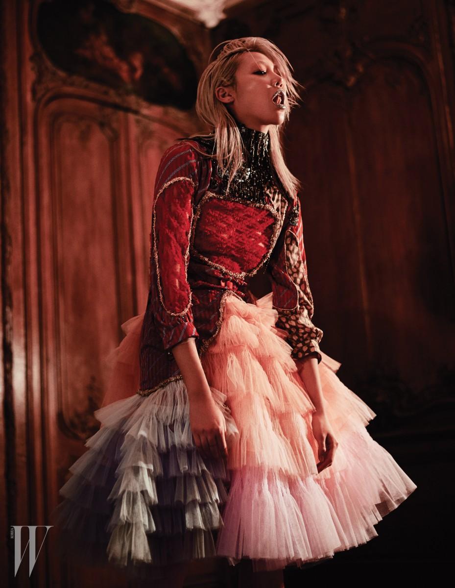 빨강 레이스와 주얼 장식, 빈티지 패브릭을 패치워크한 중세풍 시폰 드레스는 Viktor & Rolf Haute Couture 제품.