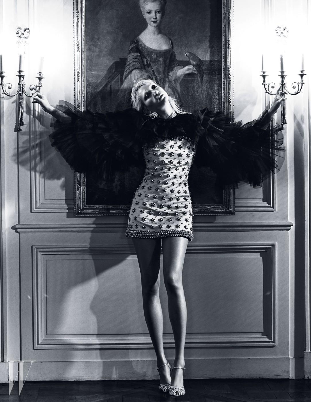 검은색 튤로 날개를 형상화한 주얼 장식 미니 드레스와 주얼 장식 앵클 스트랩 슈즈는 Giambattista Valli Haute Couture 제품.