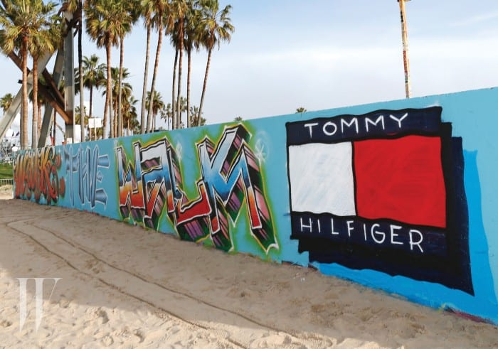 타미 힐피거의 시그너처를 그라피티로 표현한 베니스 비치 전경. 2017 S/S 시즌, 타미 힐피거는 뉴욕을 떠나 보다 젊고 자유로운 기운이 충만한 LA의 베니스 비치를 배경으로 'See Now, Buy Now'쇼를 펼쳤다.