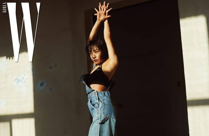 메이제이 리가 입은 스트랩 디자인이 독특한 브라는 Nike, 헐렁하게 입어야 더 멋진 빈티지 오버올은 Paf of J 제품.