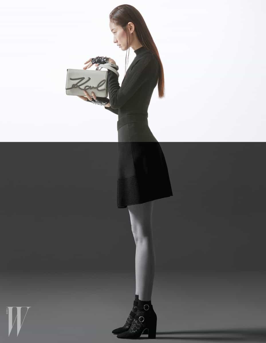 레터링 장식이 돋보이는 소가죽 소재의 메탈 시그너처 숄더백 (Metal Signature Shoulderbag), 가죽 장갑, 몸의 라인을 드러내는 터틀넥 톱과 니트 소재 미니스커트는 모두 Karl Lagerfeld 제품.