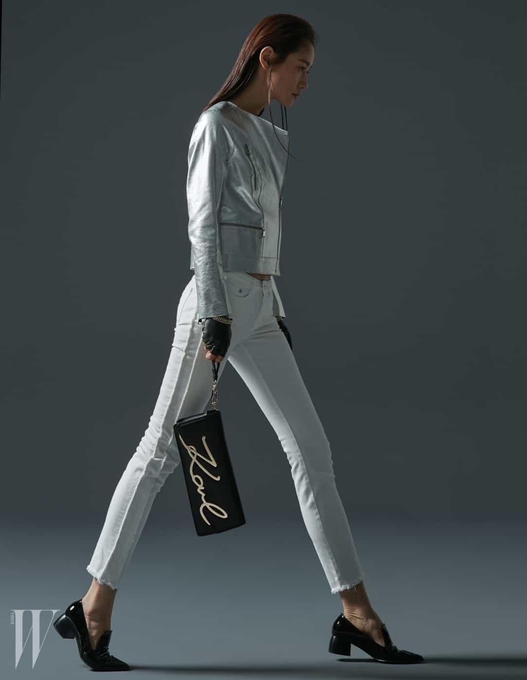 대담한 시그너처 장식이 눈에 띄는 소가죽 소재의 메탈 시그너처 클러치(Metal Signature Clutch), 정갈한 디자인의 메탈릭 실버 바이커 재킷, 하얀 데님 팬츠, 핑거리스 가죽 장갑은 모두 Karl Lagerfeld 제품.