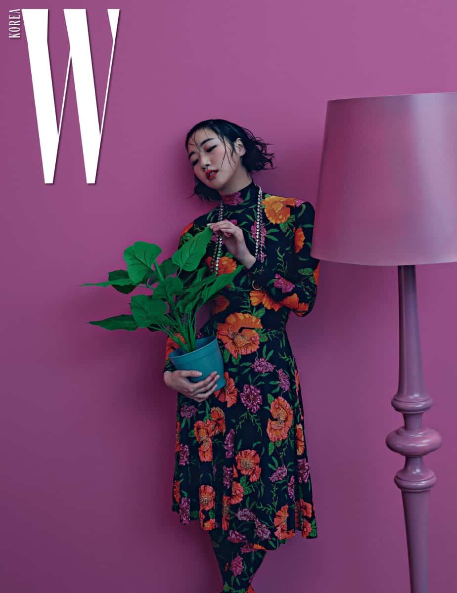 화사한 꽃무늬 드레스와 부츠, 투명한 스톤 장식 목걸이는 모두 Balenciaga 제품.