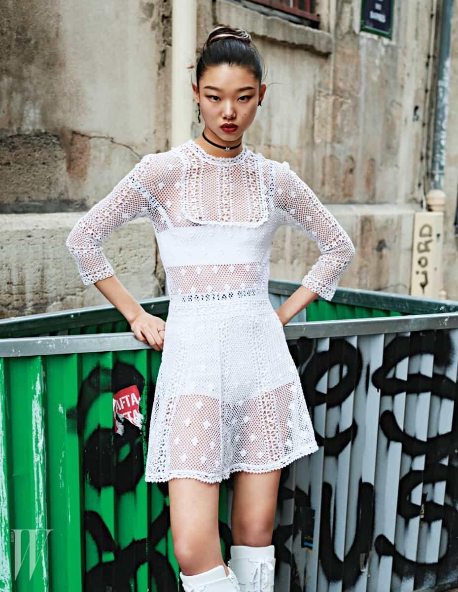 섬세한 크로셰 드레스, 안에 입은 스포티한 밴드형 브라톱과 브리프, 별무늬 초커, 귀고리, 실반지, 레이스업 부츠는 모두 Dior 제품.