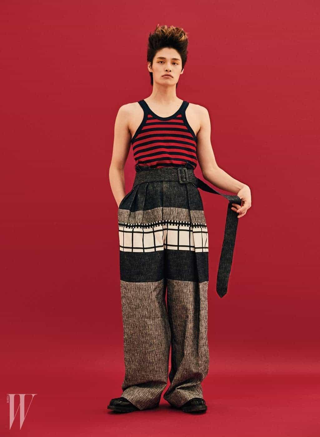 줄무늬 슬리브리스 톱은 구찌 제품. 44만원. 통 넓은 하이웨이스트 팬츠는 우영미 제품. 가격 미정. 워커는 디올 제품. 가격 미정.