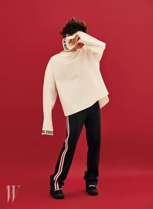 레터링 장식 긴소매 셔츠는 준지 제품. 59만원. 팬츠는 가격 미정. 스니커즈는 가격 미정. 모두 지방시 제품.