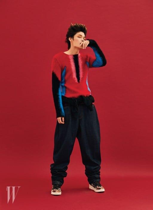 니트 톱은 루이 비통 제품. 가격 미정. 통 넓은 데님 팬츠는 79만원. 허리에 묶어 연출한 스웨트셔츠는 63만원. 모두 준지 제품. 꽃무늬 스니커즈는 디올 제품. 가격 미정.
