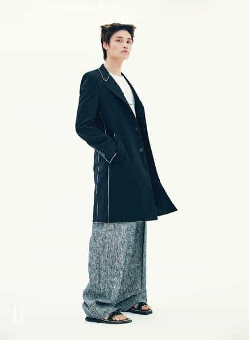 롱 재킷은 루이 비통 제품. 가격 미정. 팬츠는 우영미 제품. 가격 미정. 티셔츠는 생로랑 by 안토니 바카렐로 제품. 43만5천원. 샌들은 루이 비통 제품. 가격 미정.