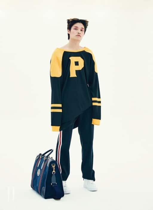 미식축구가 연상되는 박시한 스포티 드레스는 푸시버튼 제품. 가격 미정. 팬츠는 지방시 제품. 가격 미정. 스니커즈는 나이키 제품. 14만9천원. 커다란 보스턴백은 구찌 제품. 가격 미정.