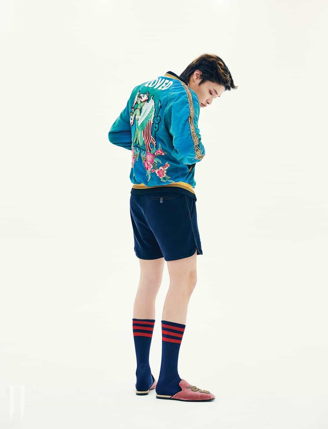 화려한 자수 장식 재킷은 구찌 제품. 8백95만원. 쇼츠는 펜디 제품. 가격 미정. 벨벳 소재 슬리퍼는 구찌 제품. 1백6만3천원.