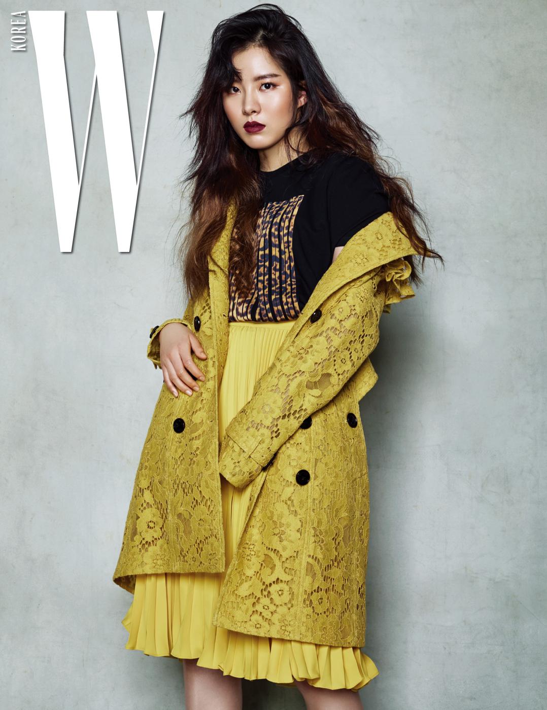 러플 장식의 마크라메 레이스 트렌치코트는 Burberry, 검은색 티셔츠는 Alexander Wang, 노란색 주름 스커트는 Jill Stuart 제품.