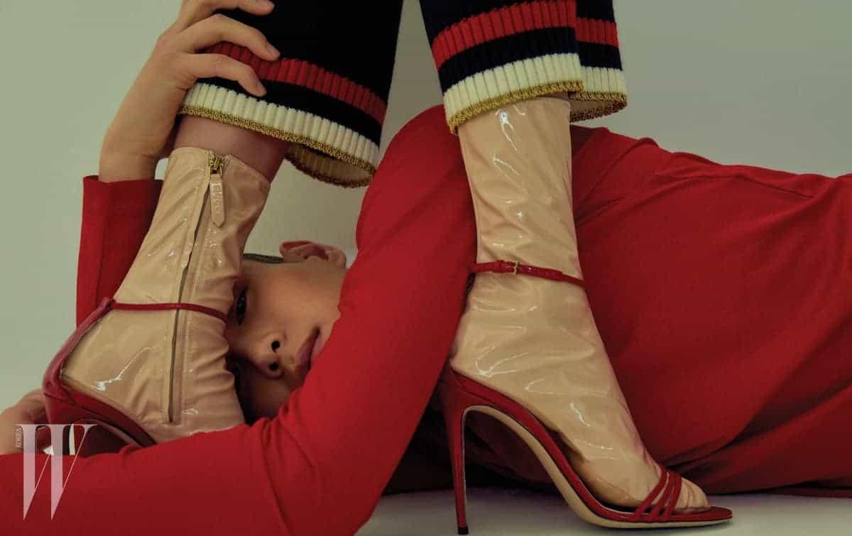 정호연이 입은 니트 팬츠는 1백8만원. 페이턴트 소재의 삭스와 앵클 스트랩 샌들은 1백34만원. 모두 구찌 제품. 서하가 입은 빨강 터틀넥 톱은 구찌 제품. 54만원.