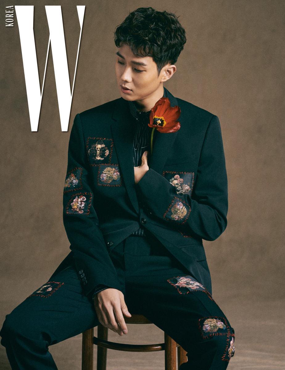 최우식이 입은 스트라이프 셔츠와 꽃무늬 자수 장식 슈트는 디올 옴므 제품.