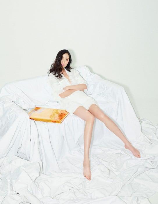 가녀린 느낌을 주는 새하얀 블라우스와 미니스커트는 IRO 제품.