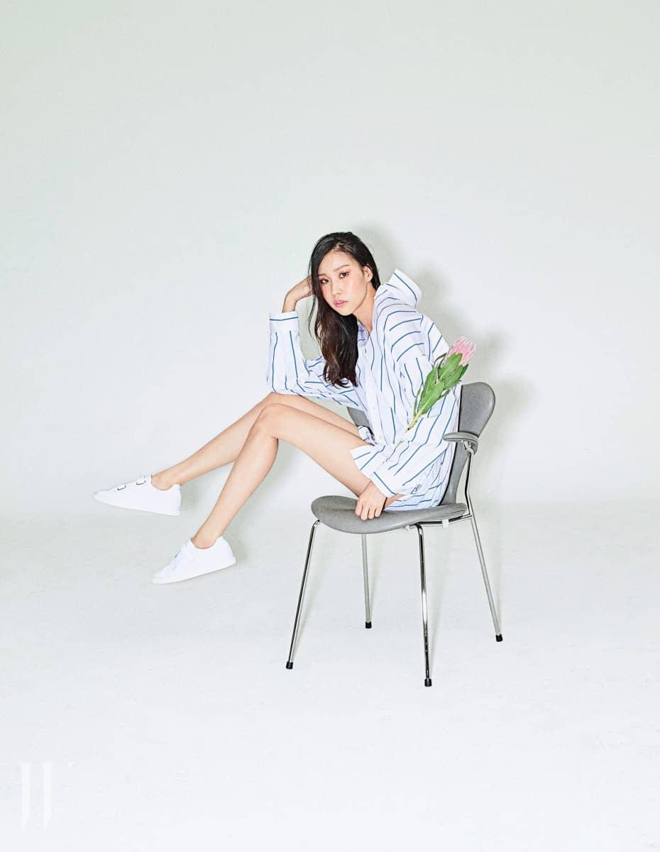 푸른색 줄무늬 셔츠와 흰색 스트랩 스니커즈는 IRO 제품.