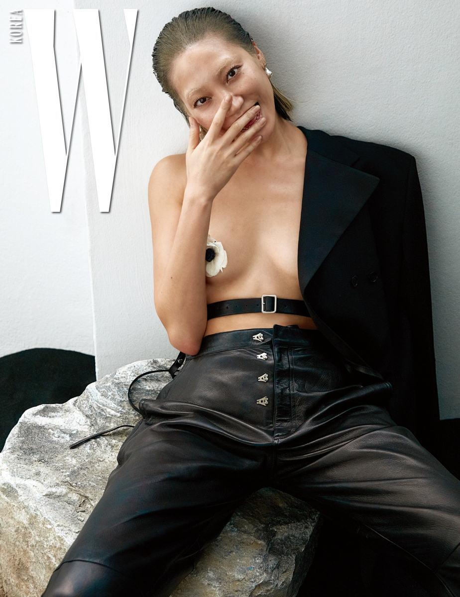 테일러드 재킷과 센슈얼한 버클 장식 가죽 벨트, 검정 가죽 팬츠, 진주 귀고리는 모두 Celine 제품.