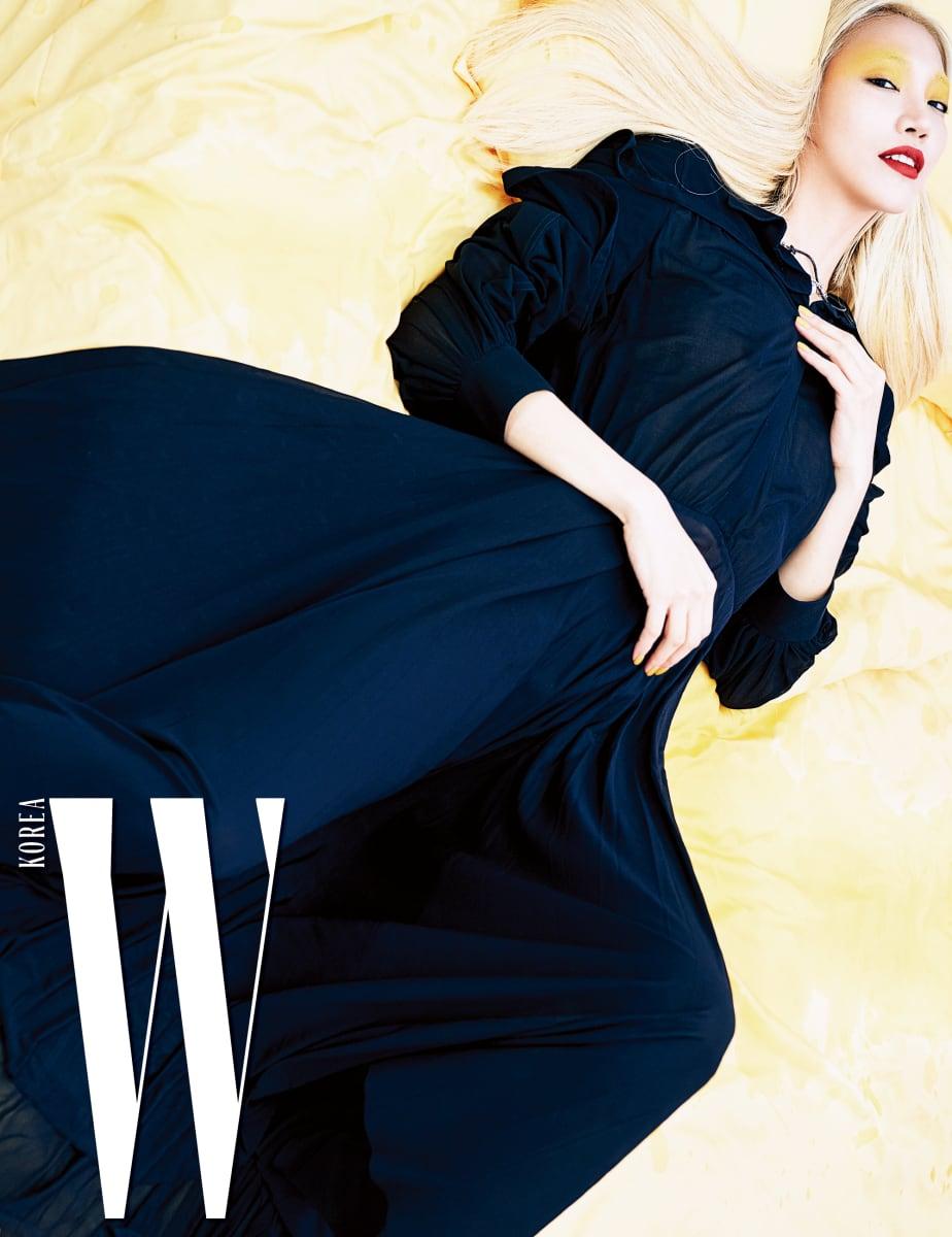 검정 플리츠 드레스와 진주 장식 목걸이, 순백의 가죽 슈즈는 모두 Celine 제품.