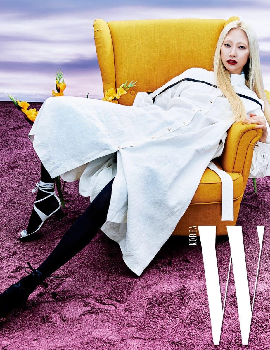 검정 라이닝의 케이프 장식 셔츠 드레스, 색상이 서로 다른 발레리나 가죽 샌들은 Celine 제품.