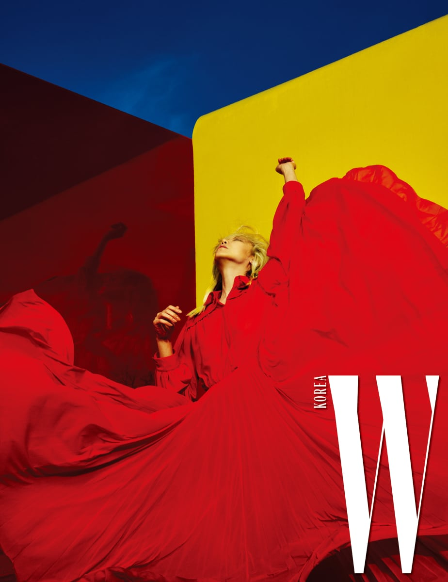 드라마틱한 붉은색 시스루 드레스는 Celine 제품.