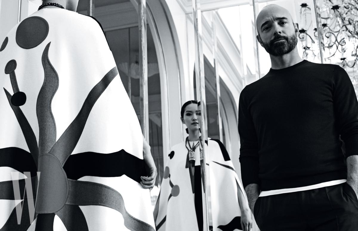 퐁리가 입은 아티스틱한 패치워크 케이프와 새장 펜던트가 달린 목걸이는 모두 Schiaparelli Haute Couture 제품.
