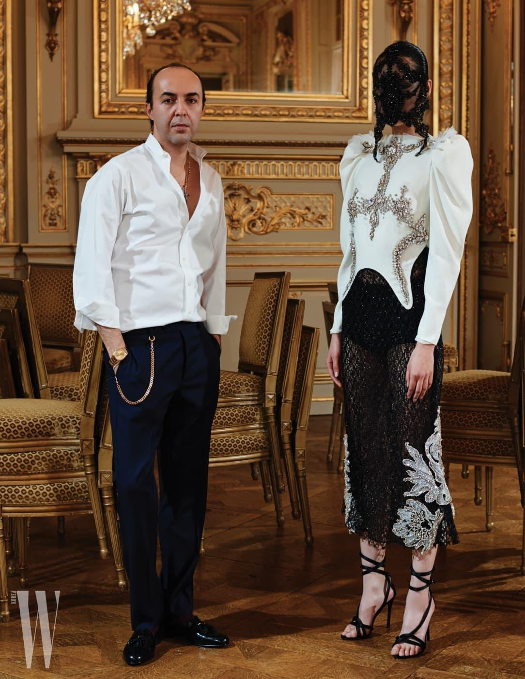 퐁리가 입은 화려한 크리스털 장식 톱과 정교한 레이스 스커트, 앵클 스트랩 슈즈, 미스테리한 레이스 마스크는 모두 Francesco Scognamiglio Haute Couture 제품.