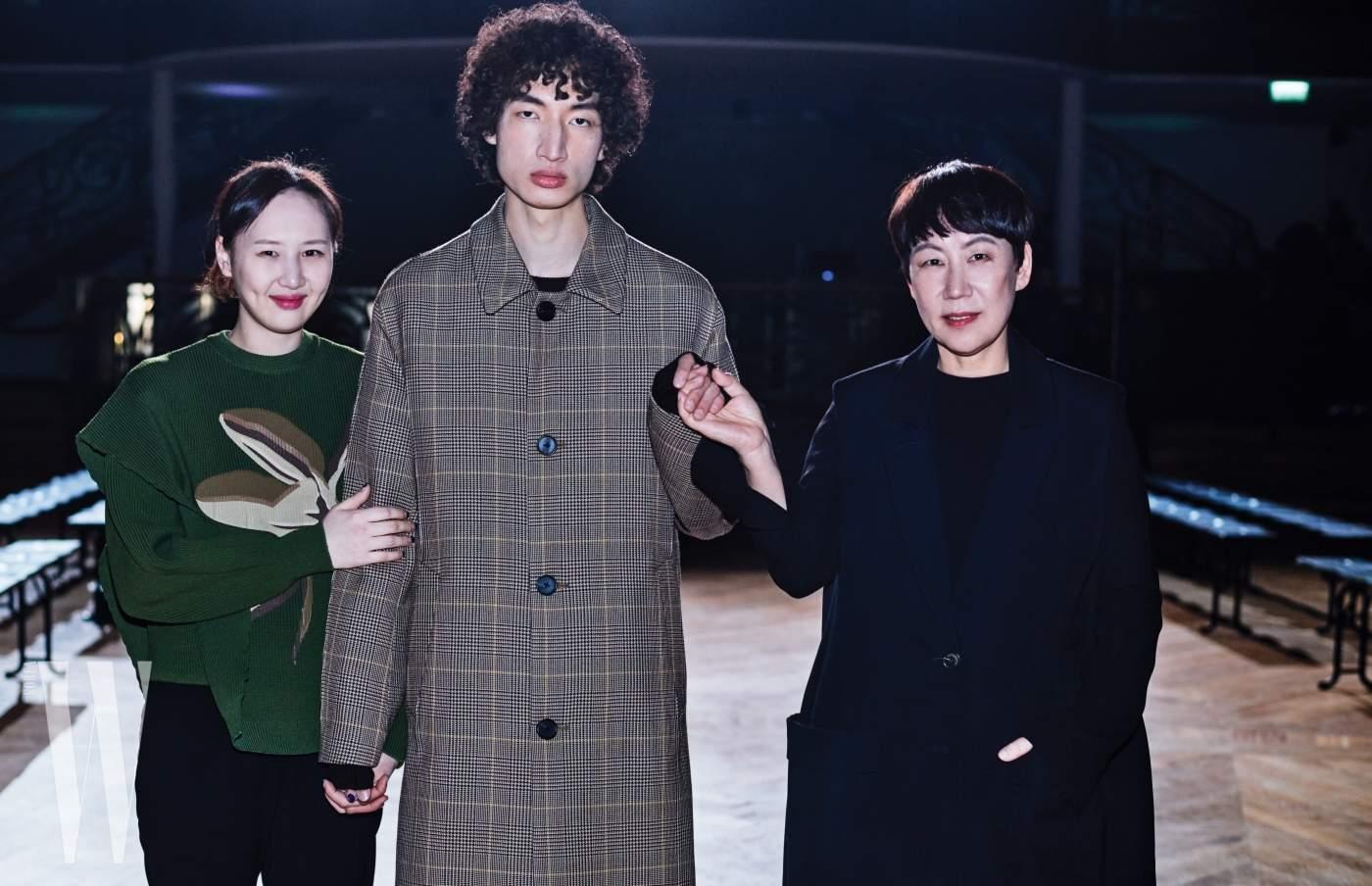 김봉우가 입은 단정한 글렌 체크 코트는 Wooyoungmi 제품.