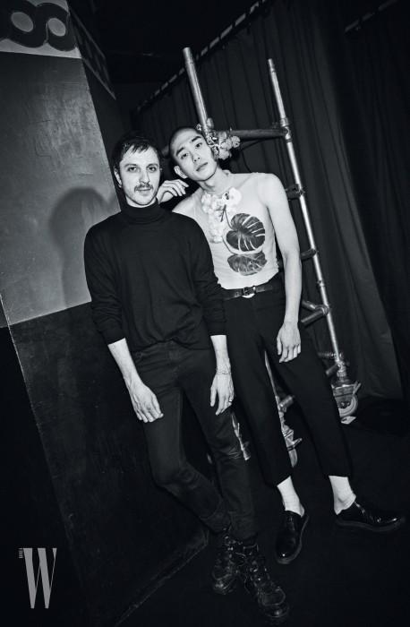 Y PROJECT 글렌 마르탱 디자이너 Photography by JANG DUK HWA 서하가 입고 있는 시스루 플라워 톱과 검은색 크롭트 팬츠와 벨트는 모두 Y Project 제품.
