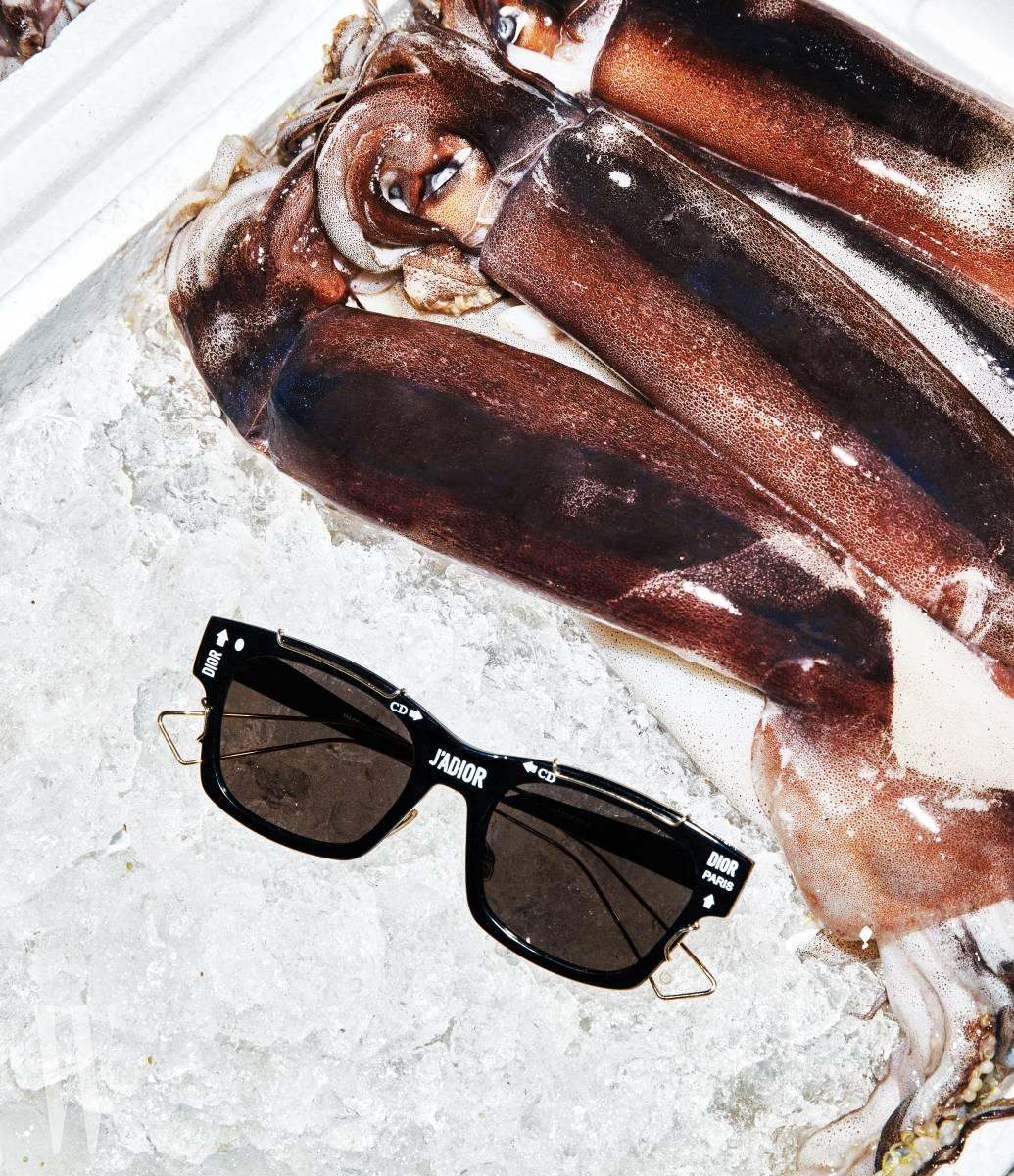 감각적인 로고 장식이 더해진 선글라스는 디올 제품. 가격 미정.