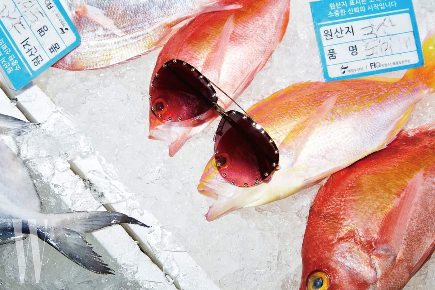 1. 핑크색 도미 위에 놓인 스터드 장식 보잉 선글라스는 루이 비통 제품. 79만원.
