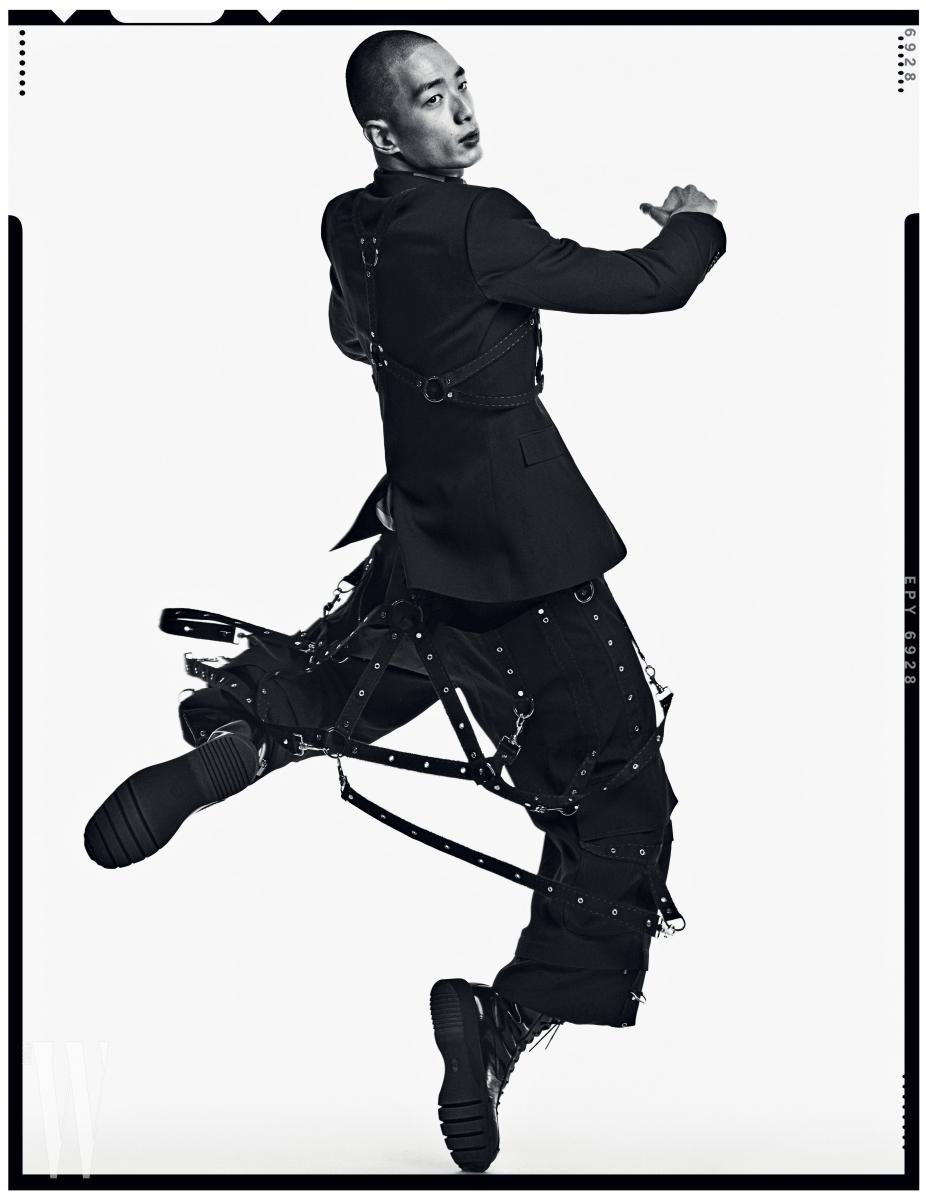 여러 겹의 서스펜더로 장식한 재킷과 팬츠, 체크 슬리브리스 셔츠, 밀리터리 부츠는 모두 Dior Homme 제품.
