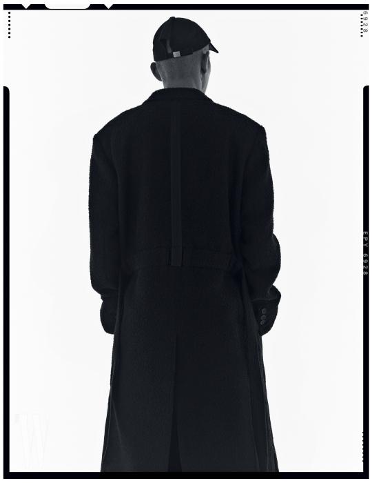 스트랩 장식의 롱 코트와 모자는 Silencion 제품. 왼쪽