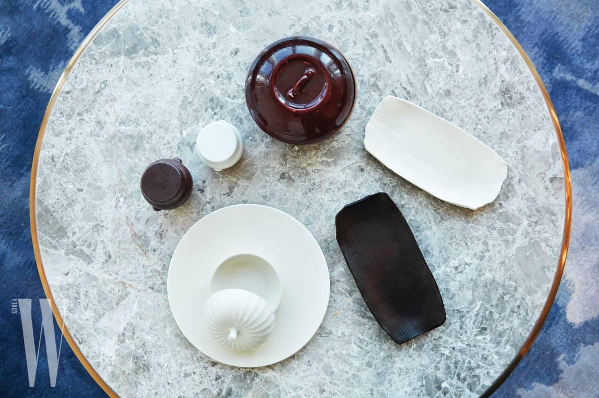 원하는 질감과 디자인, 기능으로 제작되는 광주요 그릇을 사용할 수 있다는 데 대해 방 셰프는 맞춤옷을 입는 기분이라고 말한다 .