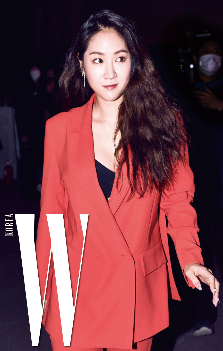 강렬한 빨간 슈트로 버드와이저의 드레스 코드를 표현한 씨스타 소유.