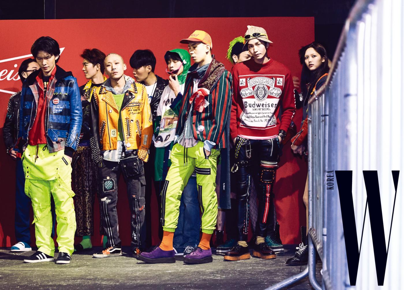 99%is- x Budweiser 패션쇼의 피날레를 준비 중인 모델들.