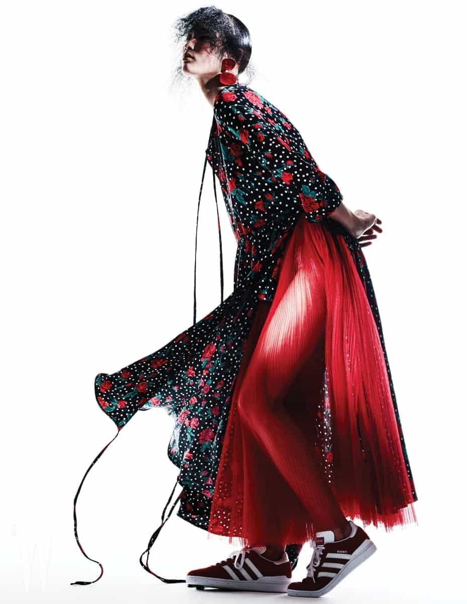 빨강 꽃무늬 드레스는 베트멍 by 10 꼬르소 꼬모 제품. 1백85만원. 안에 입은 빨강 샤 소재 드레스는 디올 제품. 가격 미정. 조형적인 귀고리는 셀린 제품. 가격 미정. 빨강 스니커즈는 아디다스 오리지널스 제품. 10만원대.