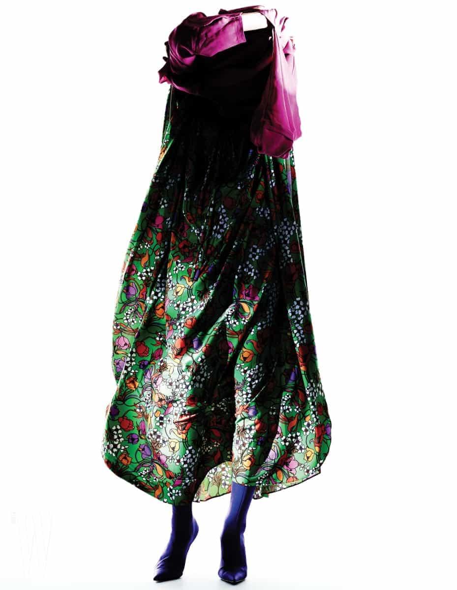 연두색 꽃무늬 드레스, 보라색 새틴 부츠, 핑크색 톱은 모두 발렌시아가 제품. 모두 가격 미정