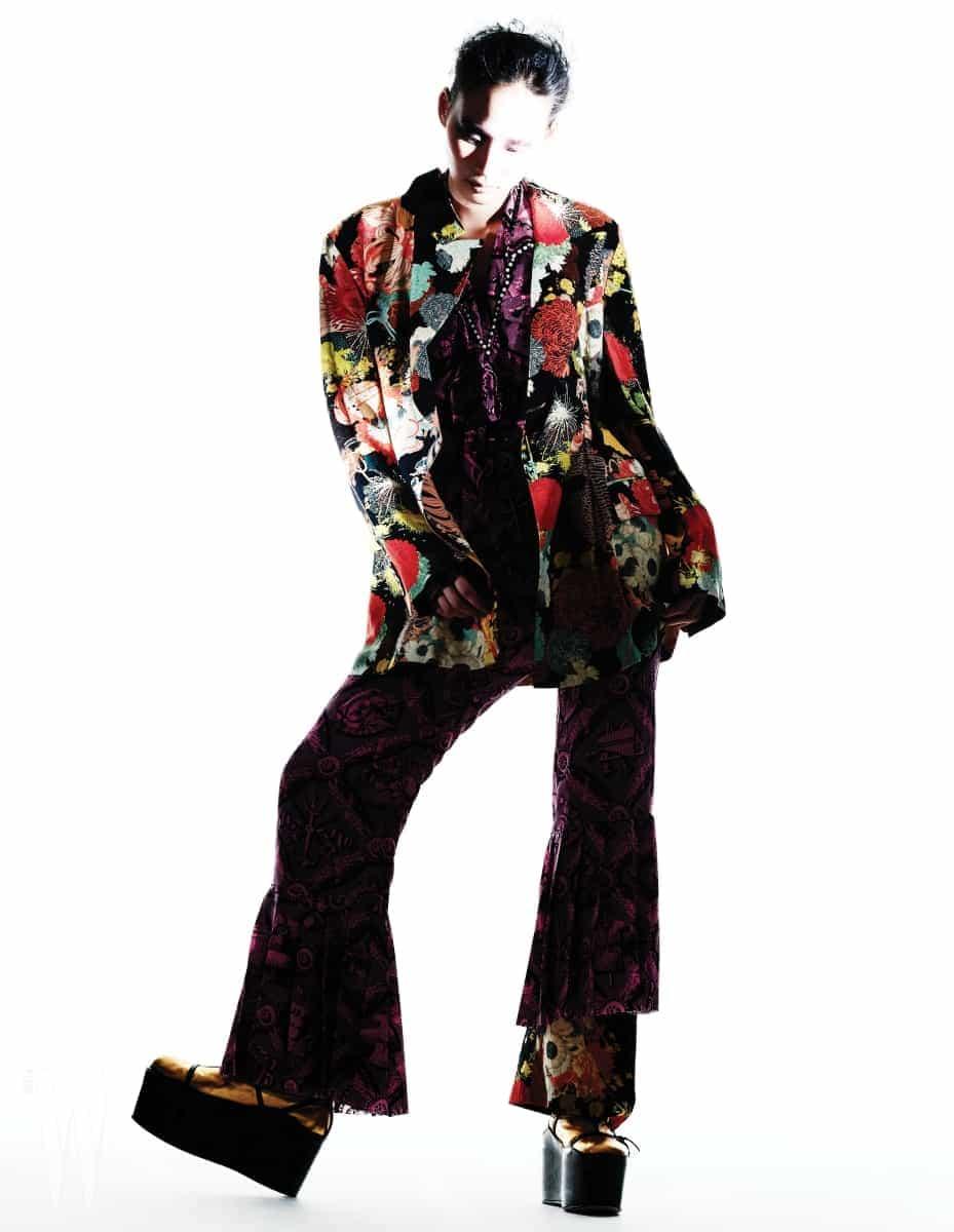 매니시한 실루엣의 꽃무늬 재킷은 드리스 반 노튼 제품. 가격 미정. 안에 입은 핑크색 오리엔탈 셔츠와 팬츠는 구찌 제품. 각각 2백98만원 1백54만원. 오리엔탈 팬츠 안에 입은 꽃무늬 팬츠는 드리스 반 노튼 제품. 가격 미정. 중국풍의 금색 웨지 슈즈는 구찌 제품. 1백34만원.