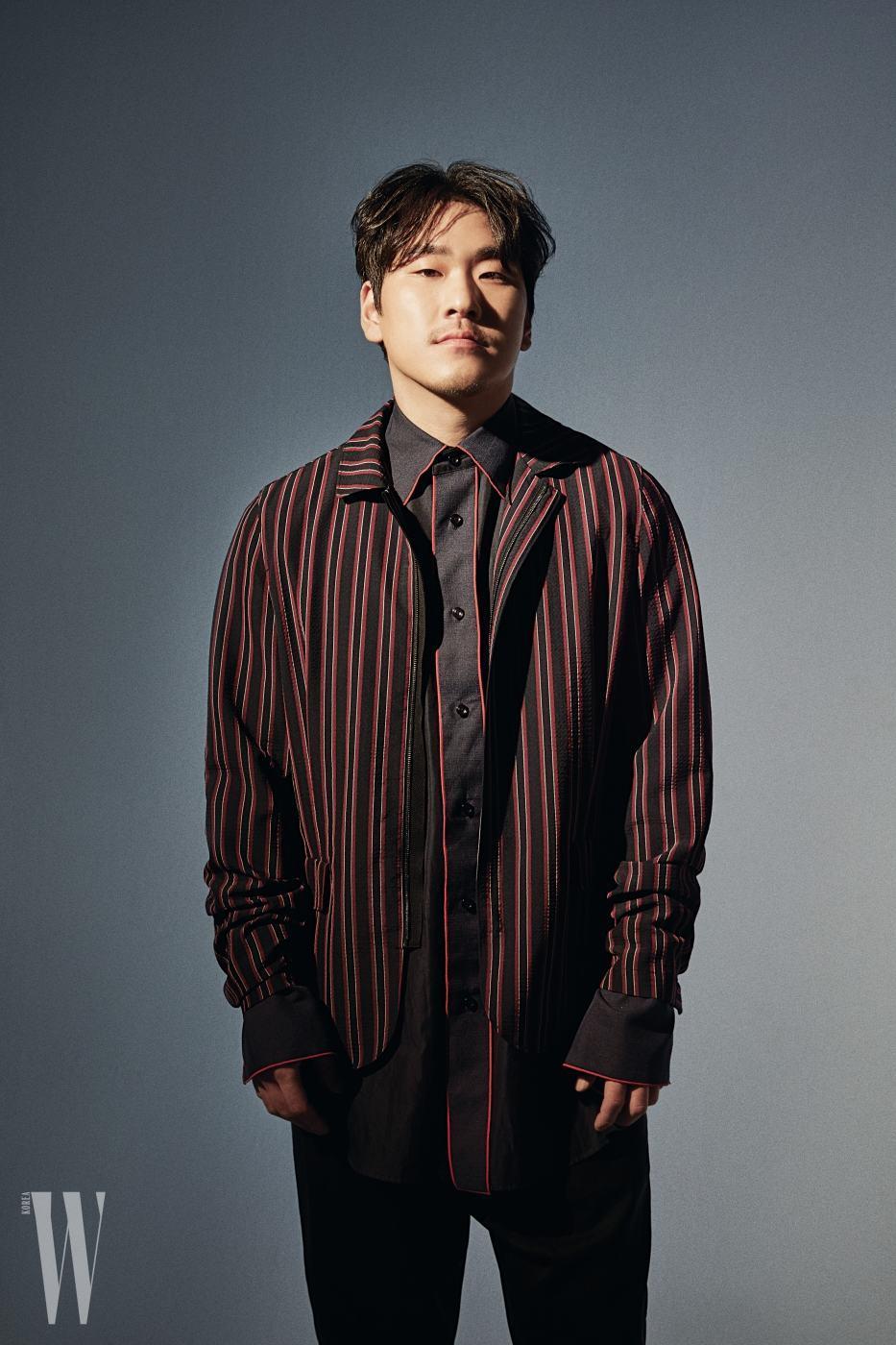 정욱재가 입은 네이비 셔츠, 아우터는 모두 우영미, 검은색 팬츠는 릭 오웬스 제품.