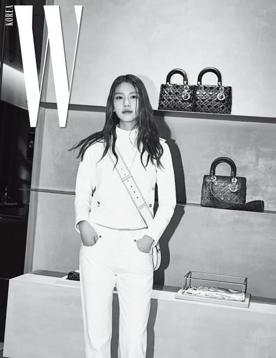 펜싱 슈트에서 모티프를 얻은 순백의 의상을 입고 포즈를 취한 모델 김진경.