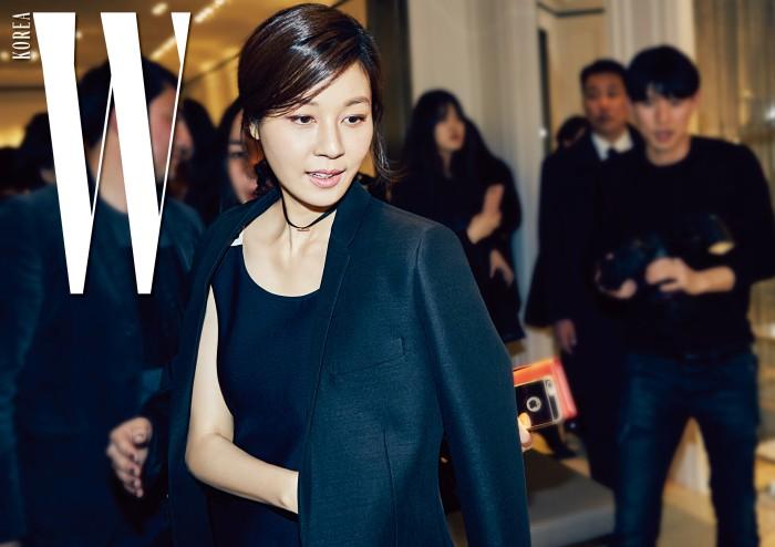 새로운 디올의 컬렉션을 감상 중인 김하늘.