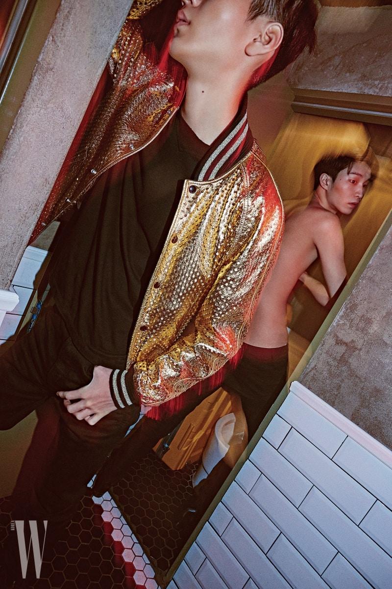 백준영이 입은 메탈릭한 골드 블루종과 검정 티셔츠, 블랙 데님은 모두 Saint Laurent by Anthony Vaccarello 제품. 안승준이 입은 블랙 데님과 슈즈는 Saint Laurent by Anthony Vaccarello 제품.