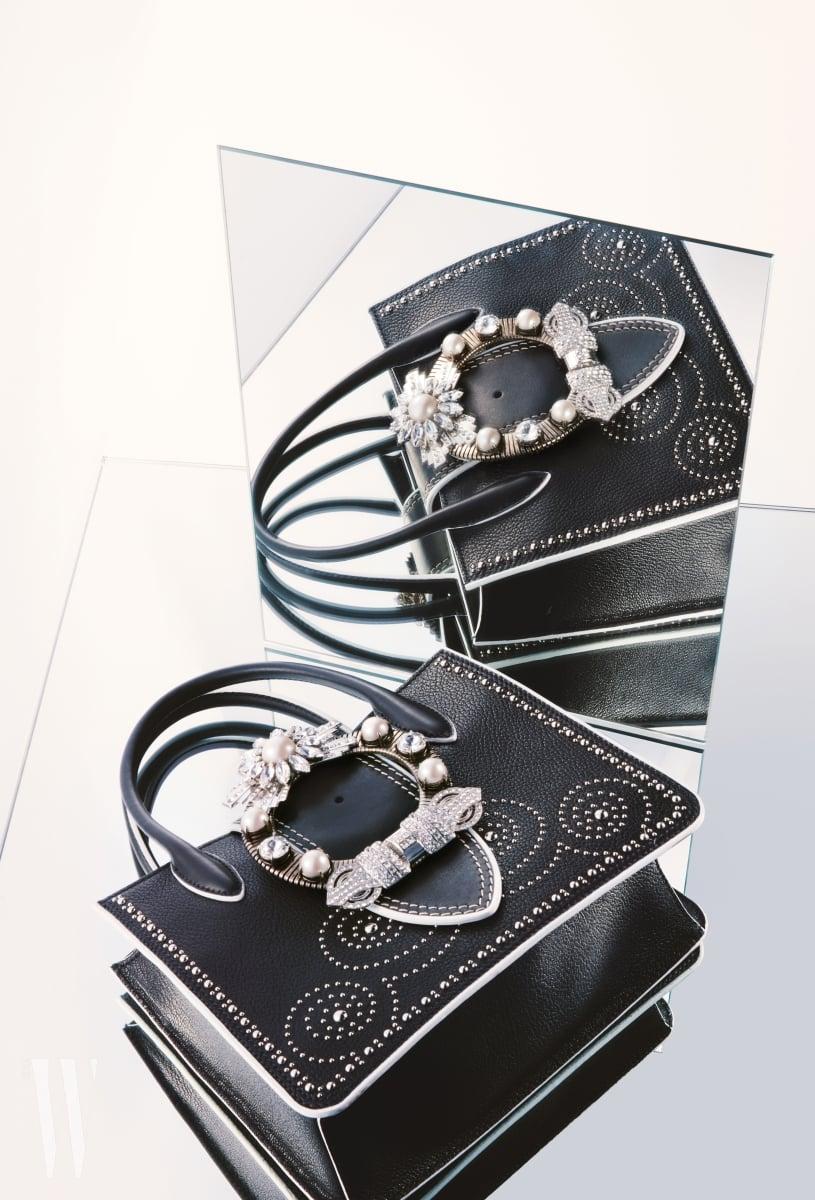 가방 중앙에 화려한 주얼 장식이 돋보이는 백은 미우미우 제품. 가격 3백78만원.