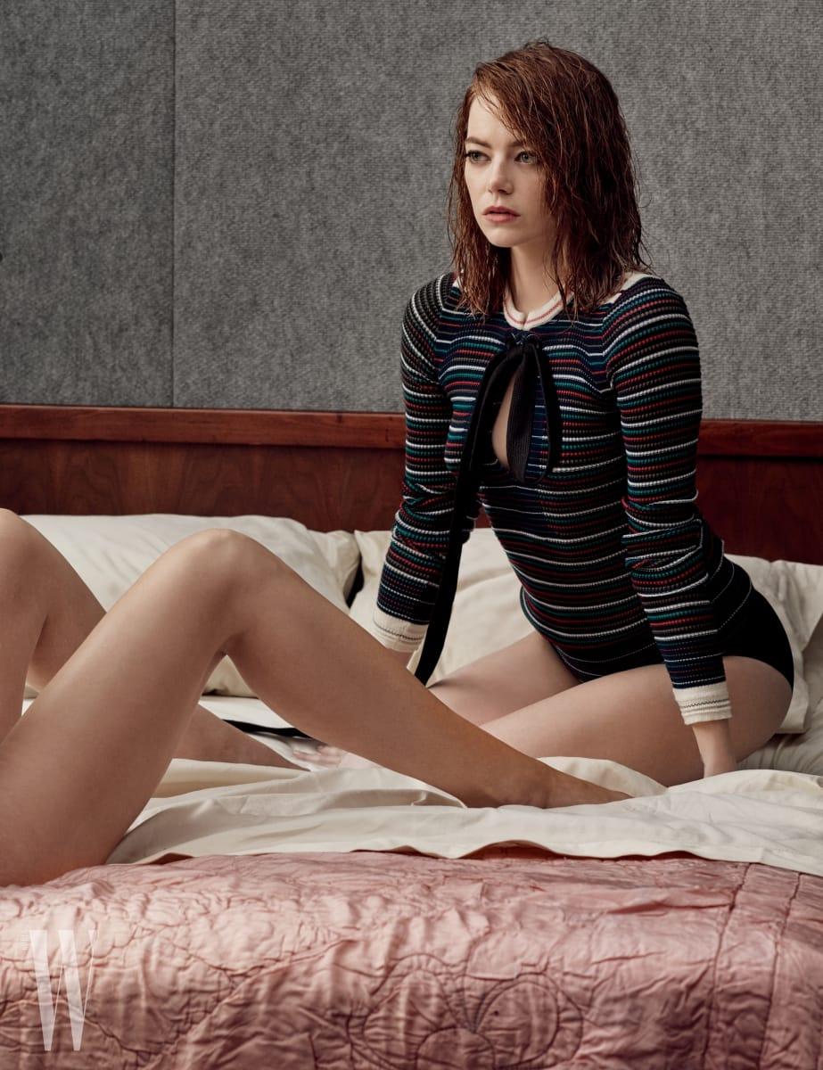 스웨터는 소니아 리키엘, 브리프는 코만도 제품.
