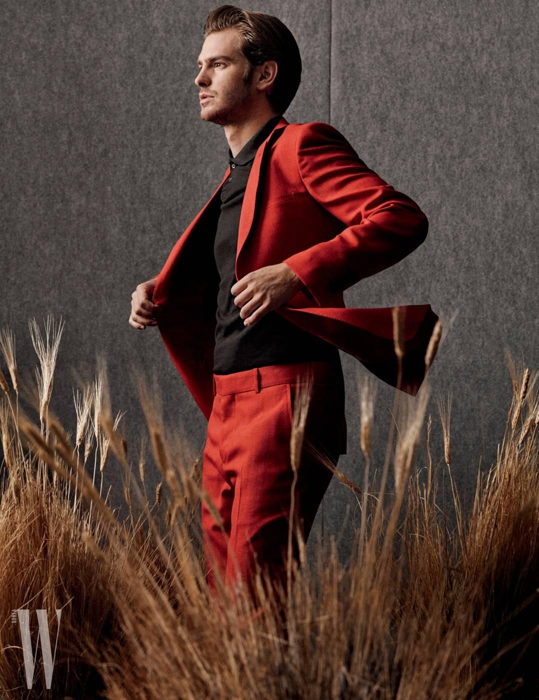 재킷과 팬츠는 알렉산더 매퀸, 셔츠는 A.P.C. 제품.