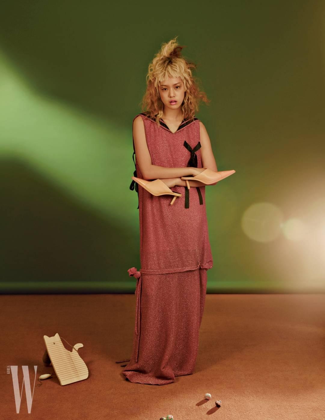 반짝이는 롱 드레스는 더스튜디오 케이 제품. 가격 미정. 키튼힐 장식 뮬은 셀린 제품. 가격 미정.