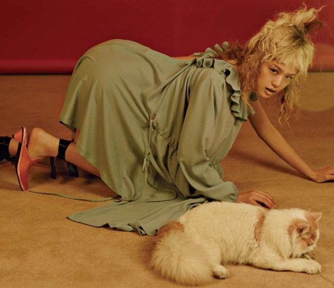 러플 칼라 장식 비대칭 드레스는 베트멍 by 10 꼬르소 꼬모 제품. 1백87만원. 슈즈는 레이크넨 제품. 25만8천원.